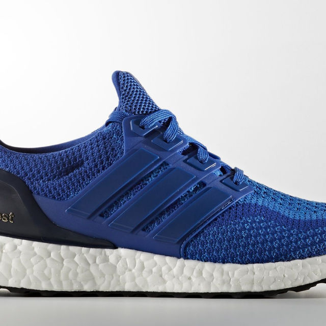 adidas UltraBOOST in Blau