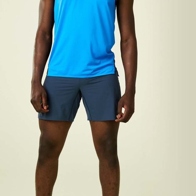 On Running Shorts in Blau Schwarz