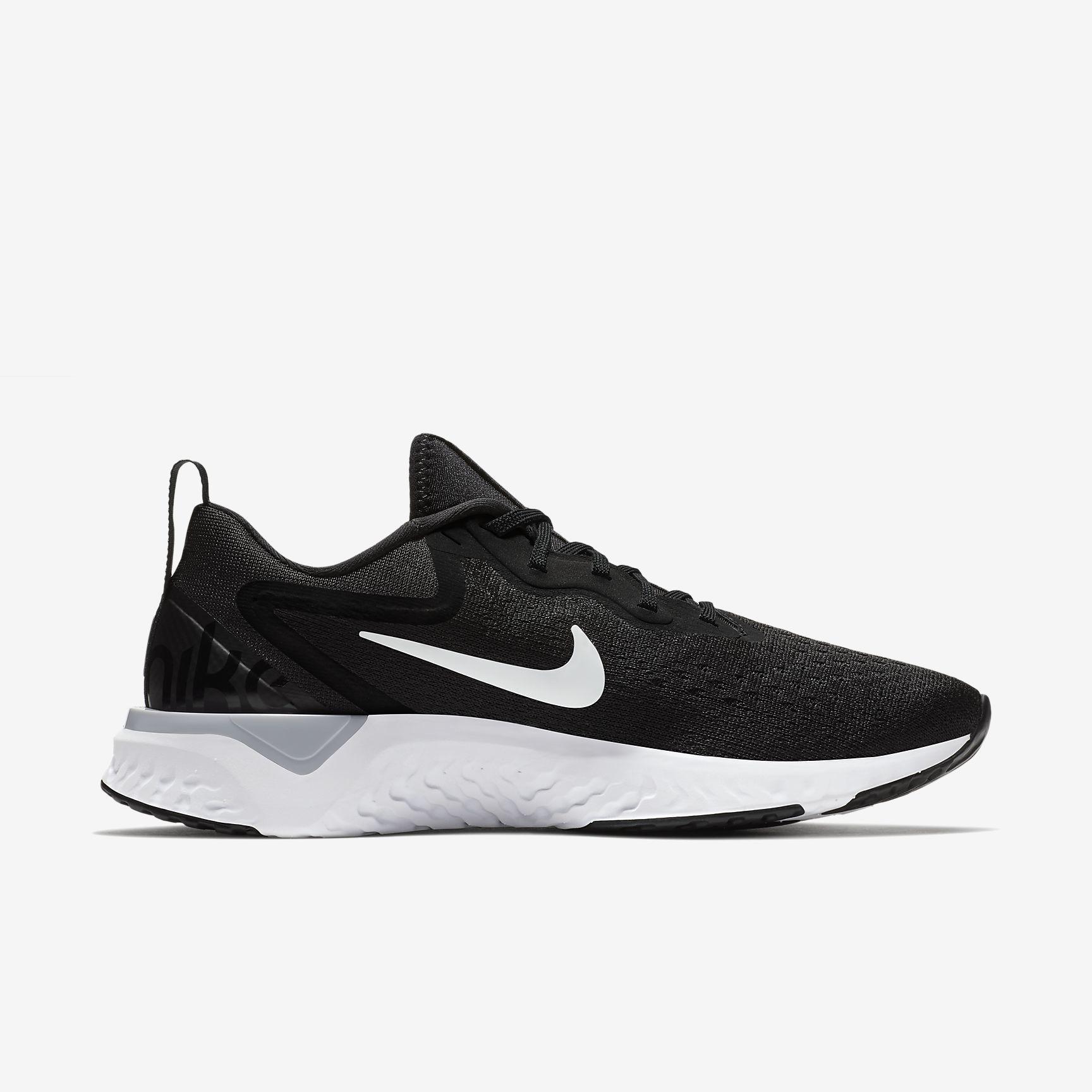 Nike Odyssey React in Schwarz Weiß